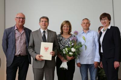 Bürgermeister Dr.Oliver Hermann (mit Urkunde), Peggy Heyneck  (M.) und Eyk Mencke mit Ministerin Kathrin Schneider (r.) und dem Vorsitzenden der Jury, Dr. Carlo Becker.