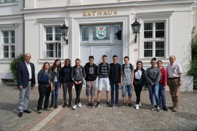 Foto zu Meldung: Schüler und Lehrerinnen aus Mormant besuchten das Pritzwalker Rathaus