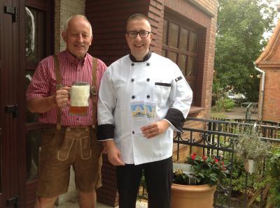 Bürgermeister Helmut Seyer (l.) und Kevin Gehrke, Inhaber Speiseservice Göhlen, freuen sich auf das Oktoberfest