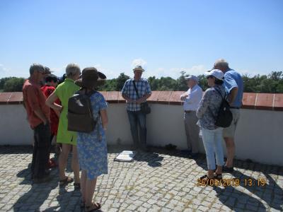 Foto zur Meldung: Tourismussaison erfolgreich gestartet: Stadtührer Klaus Ahrendt mit seinen Gästen auf der Bastion Brandenburg