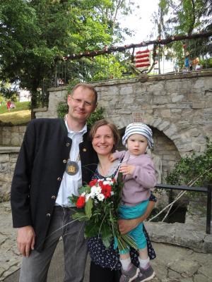 Der neue Brunnenherr Jörg Kamprad mit seiner Lebensgefährtin Juliane Kleinke und Tochter Johanna