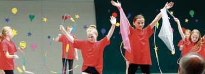 Bei der Tücher- und Bänder-Akrobatik zeigte der Nachwuchs der Marienschule Strücklingen sein Können. Bild: Niklas Benter