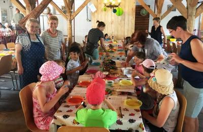 Niederlausitzer Landfrauen zeigen, wie aus Sahne Butter gemacht wird.
