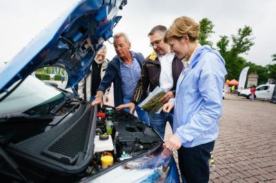 Mehr als Probefahren auf dem Schloßplatz – die Besitzer von e-Fahrzeugen können beim Blick unter die Haube viel über die Alltagstauglichkeit Ihrer e-Fahrzeuge berichten. Foto: Andreas Herz