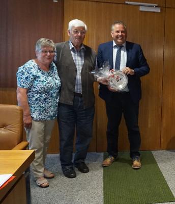 Bild von links: Ehefrau Wilfriede Färber, Stadtrat Karl-Heinz Färber und Erster Bürgermeister Stefan Busch