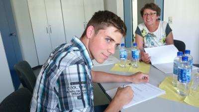 Hendrik-Peter Rühlig unterschreibt seine Ausbildungsunterlagen und freut sich auf die Lehrzeit