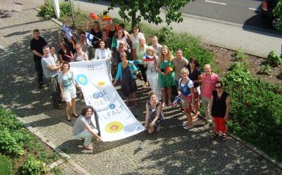 """""""Flagge zeigen für Vielfalt"""" war das Motto des diesjährigen """"Diversity-Tags"""" und die Mitarbeiter*innen der Stadtverwaltung zeigen ihre Unterstützung. Foto: © Stadt Maintal"""