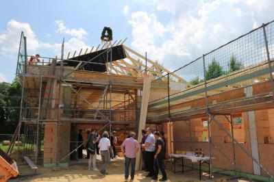 Foto zu Meldung: Richtfest für Gemeinschaftshaus in Saßleben gefeiert