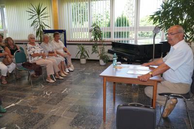 Olaf Waterstradt las zum Auftakt der Seniorenwoche in der Pritzwalker Bibliothek. Foto: Andreas König/Stadt Pritzwalk