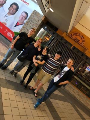 v.l.n.r. Alex, Frau Amanda Warren, Finn, Worthy, Peter
