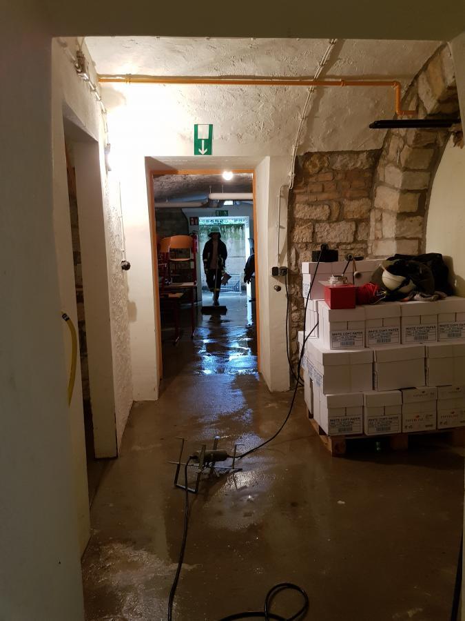 freiwillige feuerwehr flonheim wasser im keller der schule. Black Bedroom Furniture Sets. Home Design Ideas