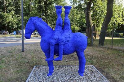 Bild der Meldung: Tibetanische Reiter auf blauem Pferd am Rathaus