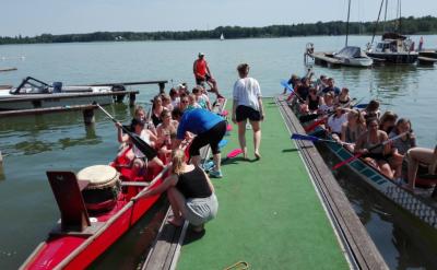 Foto zur Meldung: B- und C-Jugend schließen die Saison mit einem Drachenbootrennen ab!