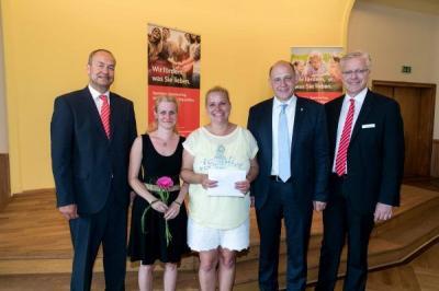 Foto zur Meldung: Dem Ziel ein Stück näher - Kita Schwalbennest erhält Scheck für neue Wassermatschbahn