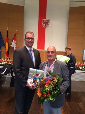Foto zur Meldung: Heinz Klevenow ist Träger des Verdienstordens des Landes Brandenburg – die Kreisverwaltung gratuliert!