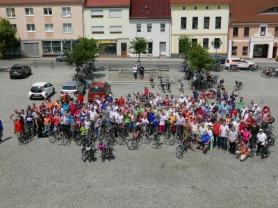 Foto zur Meldung: Besuchermagnet Vetschau/Spreewald: Tour de OSL im Norden des Landkreises lockte 242 Teilnehmer / Radler von 4 bis 85 Jahren gingen auf Tour mit Landrat Siegurd Heinze