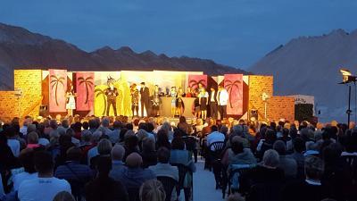 Heiße Premiere an schönem Frühlingsabend auf dem Salzberg bei den 19. Kalimandscharo-Festspielen Zielitz