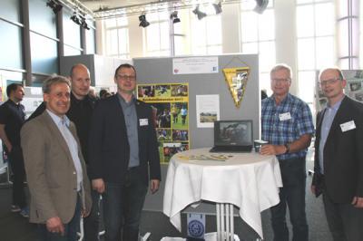 Fußball-Weltmeister Pierre Littbarski am SV-Stand mit v.L.: SV-Vorsitzender Jörg Pieper, Schriftführer Matthias Brückner, Ehernvorsitzender Johann Pieper und Alwin Harberts, Ehrenamtsbeauftragter des NFV-Kreises Ostfriesland.