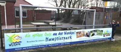 Vorschaubild zur Meldung: Der Haustierpark als Werbebande am Sportplatz