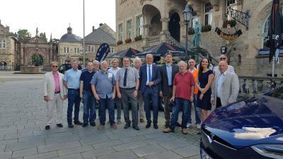 Elektromobilisten mit Referenten und interessierten Bürgern