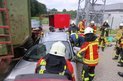 """Rettung einer Person über eine """"große Seitenöffnung"""" aus einem verunfallten Fahrzeug"""