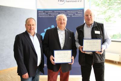 Von links: Ulf Meldau (neuer Vorsitzender des rsb), Joachim Brandt (bisheriger langjähriger Vorsitzender des rsb), Dirk Musolff (SV Fuhrberg)