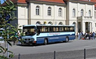 Am Bahnhof Oranienburg kommen täglich Besucher an, um mit dem Bus weiter zur Gedenkstätte zu fahren.