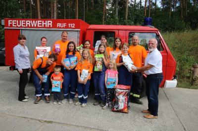 Foto zu Meldung: Jugendfeuerwehr Eichhorst beschenkt Tierheim