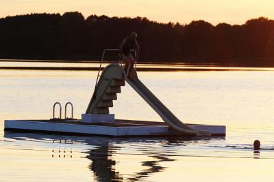 Foto zu Meldung: Nimm zwei – Robert Galle präsentiert großen und kleinen Wasserfreunden weitere Badeinsel im Schmalensee
