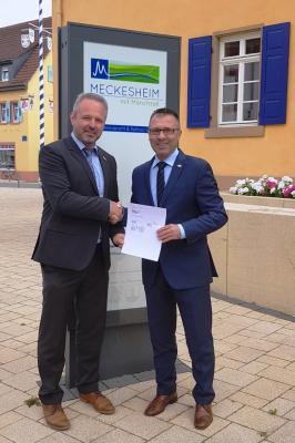 Vertragsunterzeichnung in Meckesheim: Oberbürgermeister Jörg Albrecht (Sinsheim) und Bürgermeister Maik Brandt (Meckesheim)