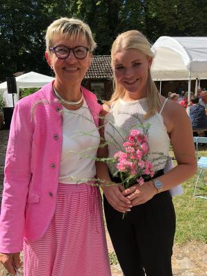 Die Bürgermeisterin Dr. Doris Schmutzer mit Nele Harder