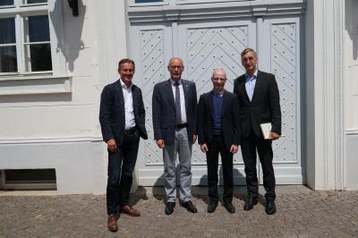 Dankten Bürgermeister Dr. Ronald Thiel (2.v.l.) für die Unterstützung: Die Geschäftsführer des Zahnradwerks Pritzwalk Tom Peiffer (l.), Dr. Robert Grünhagen (3.v.l.) und Dr. Hermann Andreas (r.). Foto: Andreas König/Stadt Pritzwalk