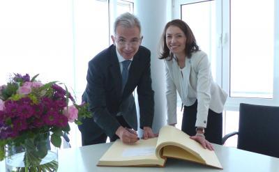 Bei seinem Besuch in Maintal trug sich OB Feldmann ins Goldene Buch der Stadt ein.