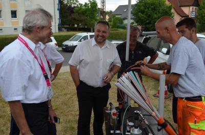Bürgermeister Holger Obst im Gespräch mit Vertretern der Telekom bei der Vorstellung des Trenchings