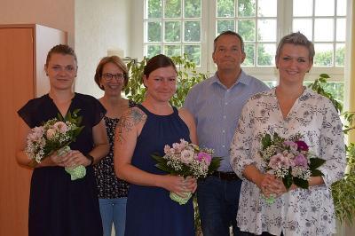 Ausbildung geschafft - Darüber freuen sich Christina Thiessen, Hauptamtsleiterin Renate Gresens, Jessica Flohr, 1. Beigeordneter Thomas Zylla und Nadine Matthiesen (v.l.).
