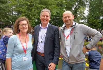 Offizieller Anpfiff: Bürgermeister Henning Schulz (Mitte) schickte die rund 1200 Renn-Enten auf die rund 500 Meter lange Reise. Beratungsstellen-Leiterin Pia Eckmann und Fördervereins-Vorsitzender Karsten Niekamp freuten sich über den hohen Besuch.