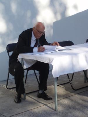 Dr. Rudolph beim Eintrag in das Stadtbuch nach der Verleihung der Ehrenbürgerschaft