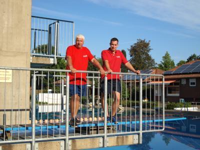 Schwimmeister Ralf Roters und Janosch Lecke