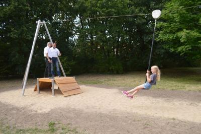 Foto zur Meldung: Neues Spielgerät für den Spielplatz Dohlensteg – Seilbahn offiziell freigegeben