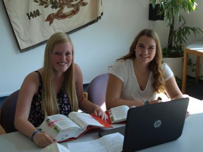 Die Auszubildenden Pheline Wagner und Lea Hellmann