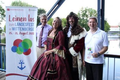Bürgermeister Dr. Oliver Hermann (r.) beim Pressetermin in Oranienburg mit Vizelandrat Egmont Hamelow (links) und dem Kürfürstenpaar. I Foto: LK Oberhavel