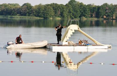 """Foto zu Meldung: Verschleppungsaktion – Badeinsel vorerst im """"Trockendock"""""""