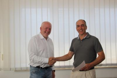 Amtsdirektor Ralf Feddersen gratuliert dem Vorsitzenden Holger Weiß