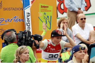 Ramona Straub kann ihr Glück nicht fassen - beim Heim Sommer Grand Prix in Hinterzarten springt sie erstmals auf das Podest - Foto: Joachim Hahne / johapress