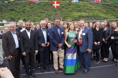 Gruppenfoto des Vokalensembles mit Minister Lewentz