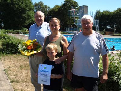 Harm Früchtenicht, Corinna Wittig-Pomarius mit Sohn und Schwimmmeister Ralf Roters