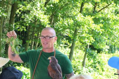 Foto zur Meldung: Welzower Schüler erkunden Adler- und Jagdfalkenhof