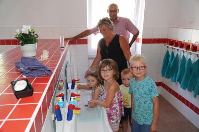 """Die Kinder der Kita """"Rappelkiste"""" Kemnitz nehmen ihren neuen Waschraum in Besitz. Foto: Stadt Pritzwalk/Andreas König"""
