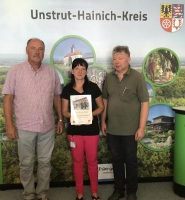 Foto (v. l.): Martin Stützer (Kassenwart), Jessica Döring (Mitarbeiterin des Landratsamtes) und Vorsitzender Dr. Dieter Herold bei der Scheckübergabe