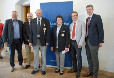Bild von links: Erster Bürgermeister Stefan Busch, Kreisgeschäftsführer Stefan Kögler,  Achim Hänisch, Barbara Keilbar, Alexander Eberl und Landrat Dr. Oliver Bär
